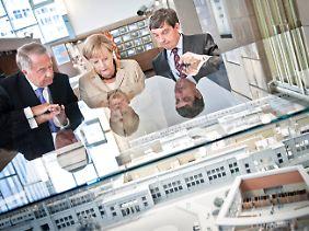 Naumann, Merkel und Hütter am Modell von Bahnhof Friedrichstraße und Tränenpalast.