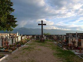 """Der Friedhof von Lusern: Auf den Grabsteinen sind Vornamen wie """"Giovanni-Hänsle"""" zu lesen."""
