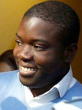 Nach der Verhandlung verlässt Kweku Adoboli lächelnd das Gerichtsgebäude. Innen soll er in Tränen ausgebrochen sein.