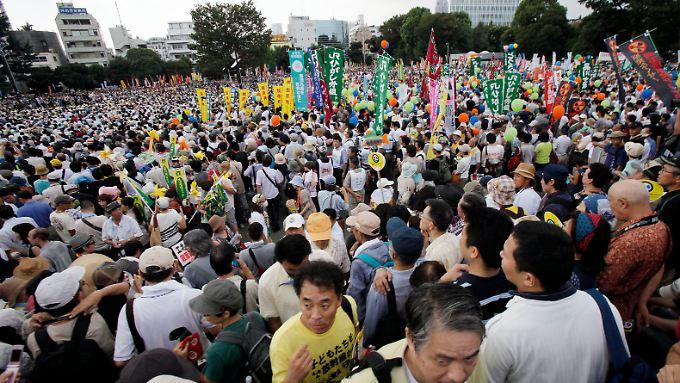 Inzwischen gewinnt die japanische Anti-Atom-Bewegung an Zuspruch.