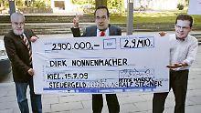 Drei Demonstranten mit Masken von Carstensen, Nonnenmacher und des schleswig-holsteinischen SPD-Landesvorsitzenden Rald Stegner (v.l.) protestieren mit einem überdimensionalen Scheck gegen die Boni-Zahlung.