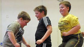 Sport und Bewegung helfen Kindern beim Abnehmen.