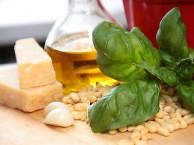 Zutaten im Mörser zerstampfen und fertig ist die Pesto Genovese.