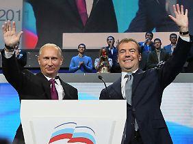 Winken, winken, Posten tauschen: Wladimir Putin, links, und Dmitri Medwedew.
