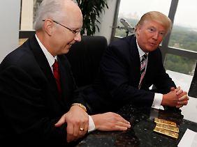 Donald Trump (rechts) will Gold statt Cash von seinem Mieter, dem Firmenchef der größten US-Edelmetallhändlers APMEX, Michael Haynes .