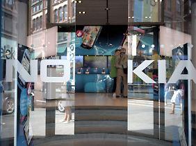 Schmerzhaft, aber notwendig: Nokia-Chef Stephen Elop muss die Einschnitte verteidigen.