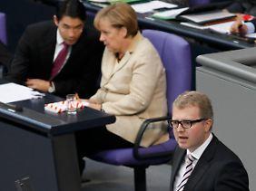 """""""Griechenland kann aus seiner Verschuldung nicht herauswachsen"""", sagt Schäffler. Das Büchlein auf Merkels Pult ist übrigens das Handbuch mit Fotos und Kurzbiografien aller Abgeordneten."""