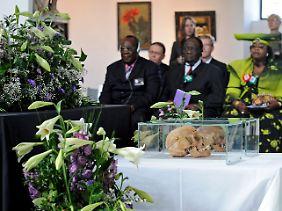 Die Chiefs Alfons Maharero (l.), Kuaima Riruako und dessen Ehefrau beim Gedenkgottesdienst in der Matthäuskirche.