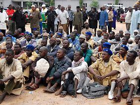 Sektenmitglieder nach ihrer Verhaftung am 27. Juli in Kano.