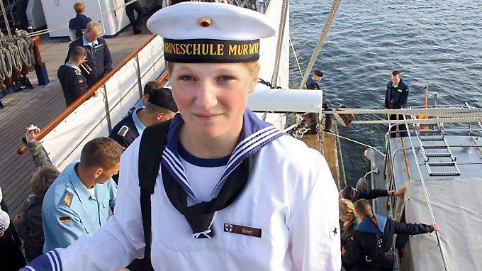 Das Privatfoto der Eltern zeigt die 18-jährige Offiziersanwärterin an Bord der Gorch Fock im Hafen von Mürwick.