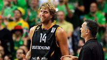 Kennen sich aus der deutschen Basketball-Nationalmannschaft: Dirk Nowitzki und Bayerns Trainer Dirk Bauermann.