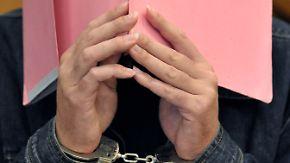 """Angeklagt wegen dreifachen Kindermordes: Prozess gegen """"Maskenmann"""" beginnt"""