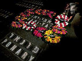 Blumen für die Opfer des Massenmordes in der Jerusalemer Gedenkstätte Jad Vaschem.
