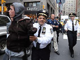 Ein New Yorker Polizist nimmt einen Demonstranten fest.