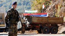 Ein KFOR-Soldat steht am Mittwoch noch vor den Barrikaden.