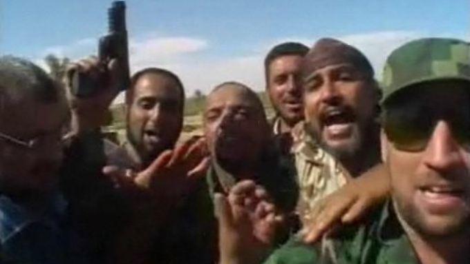 Immer neue Handy-Videos: Gaddafi fleht um sein Leben