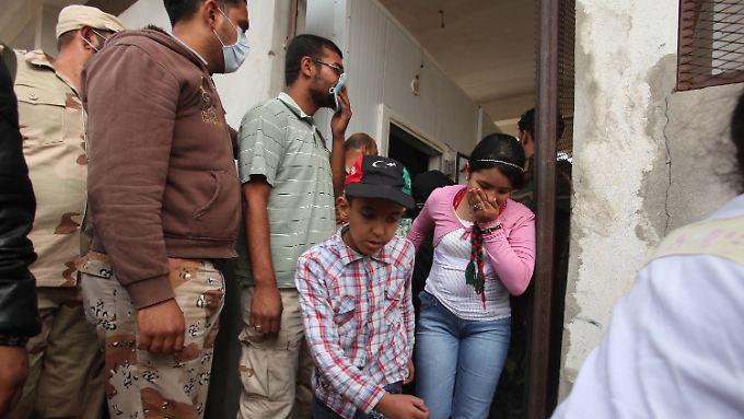 Schlangestehen für einen Toten: Viele Menschen wollen sich Gaddafis Leiche ansehen.