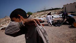 Libyens neue Machthaber im Zwielicht: Gaddafi in der Wüste beerdigt