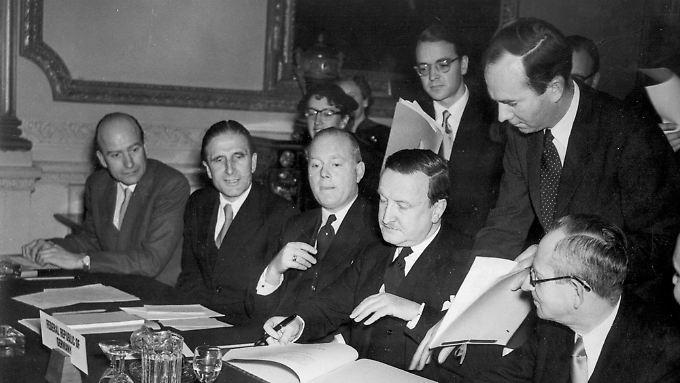 Hermann Josef Abs unterzeichnet das Abkommen.