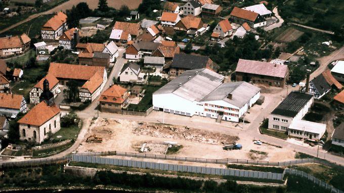 Die Luftaufnahme von 1989 zeigt das thüringische Dorf Wahlhausen im heutigen Eichsfeldkreis, damals unmittelbar an der scharf bewachten innerdeutschen Grenze zu Hessen gelegen.