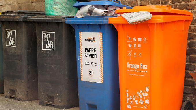 Eine orange Wertstofftonne in Berlin.