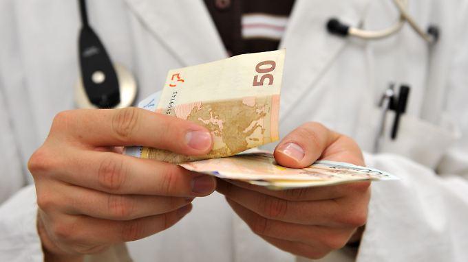 Die Kassenärztliche Bundesvereinigung fordert Gesetze gegen bezahlte Pharmastudien.