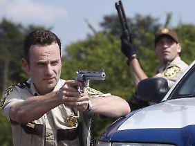 Sagt den Zombies den Kampf an: Sheriff Rick Grimes alias Andrew Lincoln.