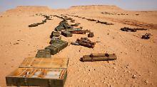 Von der Revolution übriggebliebene Waffen in der Wüste südlich von Sirte.