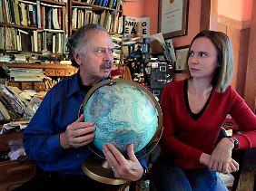 Richard Muller sieht seine Tochter Elizabeth Muller skeptisch an.