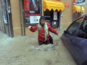 Die Straßen in Genua sind teils hüfthoch überflutet.