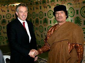 Der einstige Schurke Gaddafi wird hoffähig (im Bild mit Tony Blair).