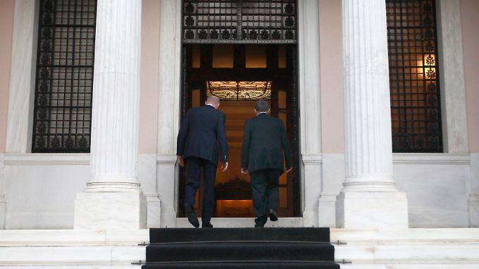 Papademos (rechts) betritt mit seinem Vorgänger den Sitz des Ministerpräsidenten.