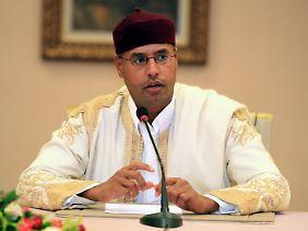 Saif bei einer Pressekonferenz im August 2010 in Tripolis.