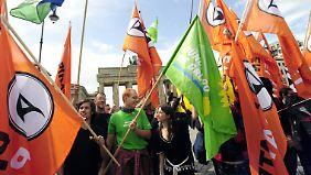Piraten, Grüne und (im Bild kaum noch erkennbar) Liberale Seite an Seite bei einer Demonstration gegen ein Kllerspiel-Verbot 2009.