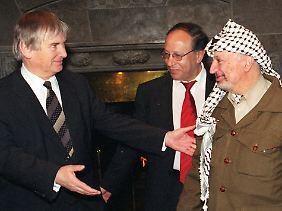 Abdallah al-Frangi (M.), der damalige Innenminister Otto Schily (l.) und Jassir Arafat im Februar 1999 auf dem Petersberg bei Bonn.