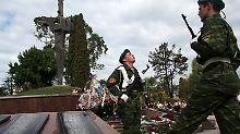 Abchasische Soldaten demonstrieren Stärke.