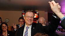 Stephan Weil freut sich über den Sieg.