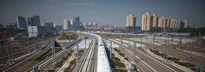 """Ein Zug verlässt Peking Richtung Shanghai: """"Die Infrastruktur in Europa und den USA benötigt dringend Investitionen."""""""