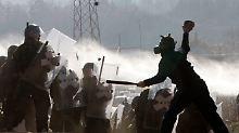 Serben greifen KFOR-Truppen an: Zahlreiche Soldaten verletzt