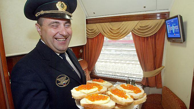 Frischer Kaviar gefällig? Schaffner in einem Abteil eines Luxuswagens der russischen Eisenbahn. (Archivbild)