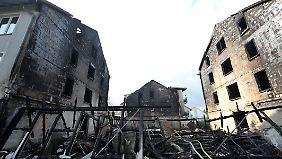 Die Häuser in Delmenhorst waren durch brennende Müllcontainer in Flammen geraten. (Bild vom 11. Juni 2011)