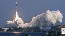 Eine H-2A-Rackete schießt den Satelliten ins All.