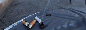 Zigarettenkippen vor dem Kolosseum: auch ein Ärgernis, aber nicht so klebrig.