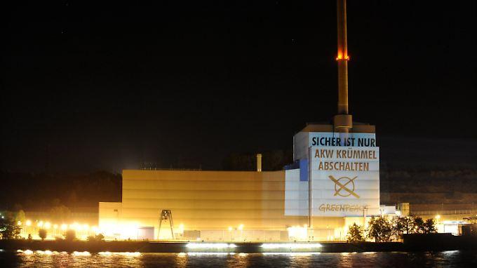 """""""Greenpeace""""-Aktivisten projizieren den Schriftzug """"Sicher ist nur: Akw Krümmel abschalten"""" an die Außenwand des Kernkraftwerks Krümmel."""