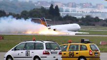 Dramatischer Moment: Die Maschine schlägt bei ihrer Landung Funken.