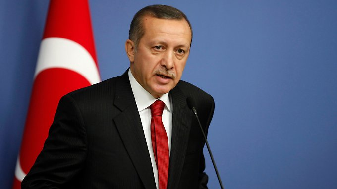 Der türkische Ministerpräsident Tayyip Recep Erdogan fährt schwere Geschütze gegen Frankreich auf.