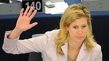 Koch-Mehrin stimmt während einer Plenarsitzung des EU-Parlaments in Straßburg ab.