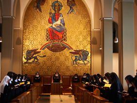 Benediktinerinnen bei einer Andacht der Kapelle der Abtei Varensell in Rietberg.