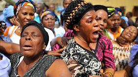 Frauen trauern um Angehörige, die bei den Anschlägen zu Weihnachten getötet wurden.