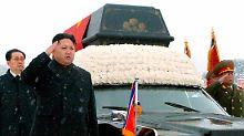 Kim Jong Un ohne Schal und Mütze beim Trauerzug.